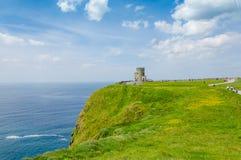 Acantilados de Moher con la torre de O'Brien Imágenes de archivo libres de regalías