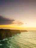 Acantilados de Moher en la puesta del sol en Co Clare Ireland Europe Imagen de archivo libre de regalías