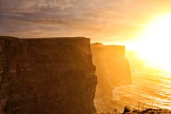 Acantilados de Moher en la puesta del sol en Co. Clare, Irlanda Fotografía de archivo libre de regalías