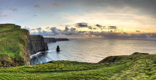 Acantilados de Moher en la puesta del sol en Irlanda. Fotografía de archivo