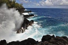 Acantilados del basalto, donde Lava Flows Meet el mar Imagen de archivo