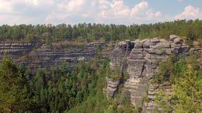 Acantilados del basalto en la reserva Suiza bohemia del parque nacional en Checo, visión superior almacen de metraje de vídeo
