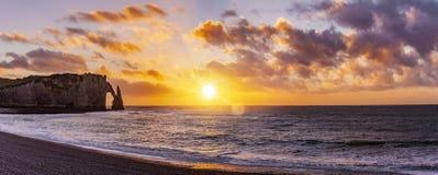 Acantilados del etretat en la puesta del sol foto de archivo libre de regalías
