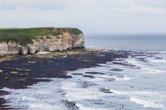 Acantilados el al frente de Flamborough que pasa por alto el mar Imagenes de archivo