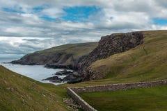 Acantilados el al frente de Stoer, Escocia Foto de archivo libre de regalías