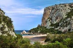 Acantilados en el paraíso hiliday de la costa idylic de la playa Foto de archivo