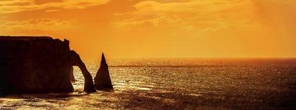 Acantilados en Etretat en la puesta del sol fotos de archivo
