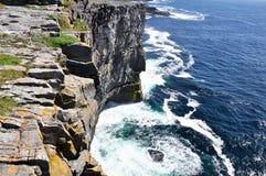 Acantilados en Inishmore, islas de Aran, Irlanda Foto de archivo libre de regalías