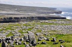 Acantilados en Inishmore, islas de Aran, Irlanda Foto de archivo