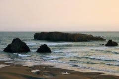 Acantilados en la costa del Océano Pacífico durante puesta del sol en verano fotos de archivo libres de regalías