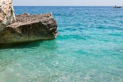 Acantilados en la isla de Cerdeña cerca del mar de la turquesa, Italia Foto de archivo
