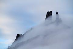 Acantilados en niebla Fotos de archivo