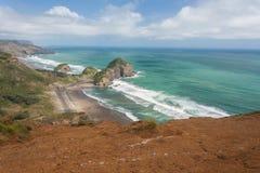 Acantilados erosionados en la costa de Nueva Zelanda Imagen de archivo libre de regalías