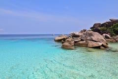 Acantilados escénicos y agua azul clara Fotografía de archivo