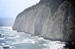 Acantilados escarpados por el Océano Pacífico Fotografía de archivo