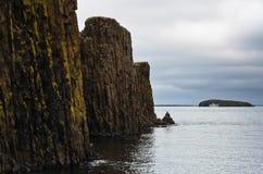 Acantilados fuera del puerto de Stykkisholmur en el fiordo islandés del oeste Fotos de archivo