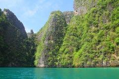 Acantilados hermosos de la isla de la phi de la phi de la KOH - Tailandia foto de archivo