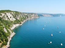 Acantilados hermosos en costa del mar adriático Imagen de archivo libre de regalías