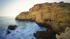 Acantilados hermosos que caen en Océano Atlántico en Algarve, Portugal metrajes