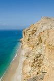 Acantilados impresionantes con el océano de la turquesa en la costa en Caotinha, Angola Imagenes de archivo