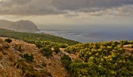 Acantilados mediterráneos de la playa Fotos de archivo