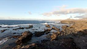 Acantilados, olas oce?nicas y oceanscape de piedra Jandia de Punta metrajes