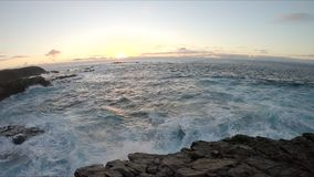 Acantilados, olas oce?nicas y oceanscape de piedra Jandia de Punta almacen de video