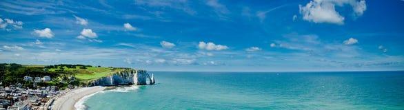 Acantilados, playa y costa de Etretat Imágenes de archivo libres de regalías