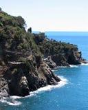 Acantilados que pasan por alto el mar Mediterráneo, Cinque Terre, Italia imagen de archivo