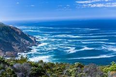 Acantilados que pasan por alto horizonte del océano fotos de archivo