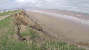 Acantilados rápidos de la arcilla que erosionan en la costa este de Yorkshire metrajes