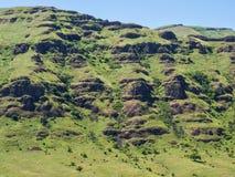 Acantilados rocosos e hierba verde Imágenes de archivo libres de regalías