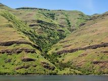 Acantilados rocosos e hierba verde Imagen de archivo libre de regalías