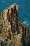 Acantilados rugosos de la costa costa Fotografía de archivo