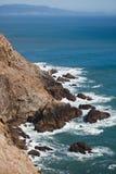 Acantilados rugosos a lo largo de la costa costa rocosa California, los E.E.U.U. de Marin Headlands Fotografía de archivo libre de regalías