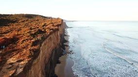 acantilados sobre el mar con el paseo de la trayectoria metrajes