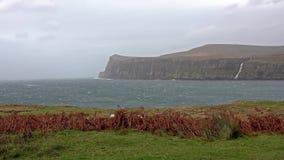 Acantilados vistos de un Milovaig más bajo durante la tormenta Callum - isla del otoño de Skye, Escocia almacen de metraje de vídeo
