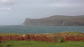 Acantilados vistos de un Milovaig más bajo durante la tormenta Callum - isla del otoño de Skye, Escocia almacen de video