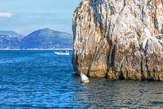 Acantilados y costa costa del mar en la isla de Capri, Italia imagenes de archivo