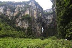Acantilados y cuevas enormes Foto de archivo