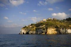 Acantilados y faro del mar Foto de archivo