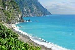 Acantilados y mar azul del claro en Taiwán Foto de archivo libre de regalías