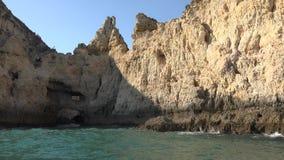 Acantilados y océano de la gruta almacen de metraje de vídeo