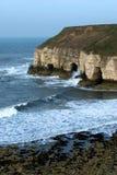 Acantilados y ondas de Flamborough Foto de archivo libre de regalías