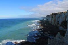 Acantilados y playa de Etretat Fotos de archivo libres de regalías