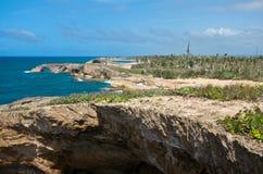 Acantilados y playas costeros en Cueva Del Indio imagenes de archivo