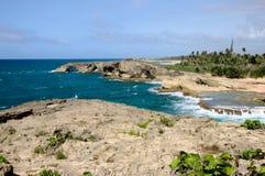 Acantilados y playas costeros en Cueva Del Indio foto de archivo libre de regalías