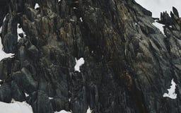 Acantilados y rocas de los picos de la nieve en Chamonix imagenes de archivo