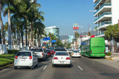 Acapulco, Mexiko - 15. Januar 2014 - verkehrsreiche Straße in im Stadtzentrum gelegenem Acapulco Stockbilder