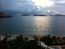 Acapulco-Strand in einem Sonnenuntergang Lizenzfreie Stockfotos